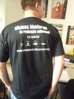 Lucas apresenta uma das camisetas do Festival
